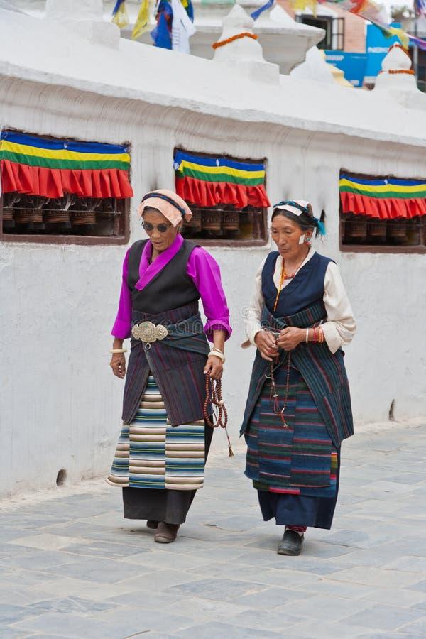 Tibetanos em Bouddhanath Stupa imagem de stock