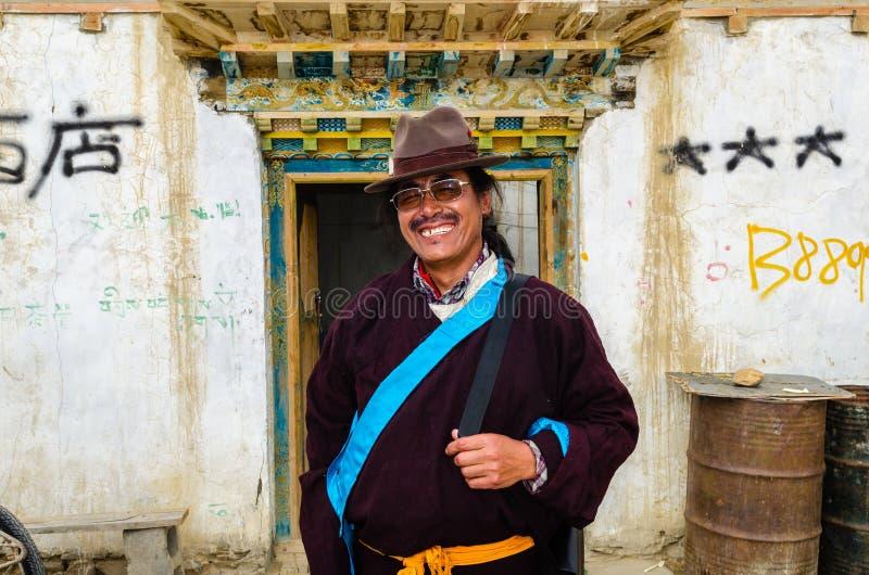 Tibetans i nationell kläder på ferie arkivbilder