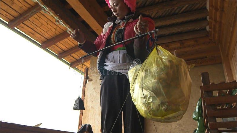 Tibetans söker en säljande matsutake i den Jidi byn, sitter i mitten av matsutakeproduktionområdet i Shangri-La royaltyfria foton