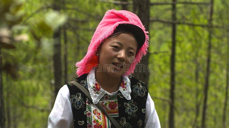 Tibetanskvinnan i den Jidi byn, sitter i mitten av matsutakeproduktionområdet i Shangri-La yunnan Kina arkivbild