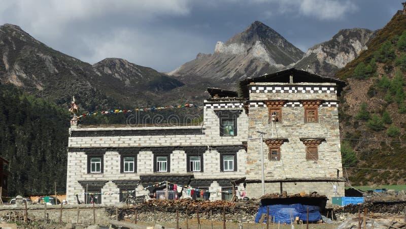 Tibetant byhus, Yading, Sichuan arkivfoto