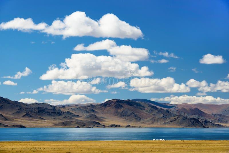 Tibetant landskap med yurts royaltyfria bilder