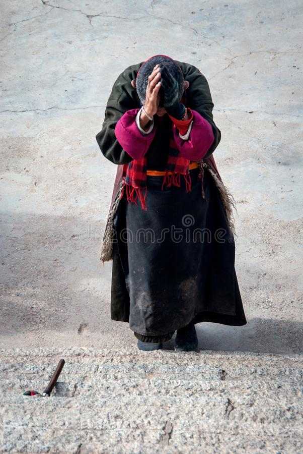 Tibetant vallfärda bär traditionsklänningen arkivbilder