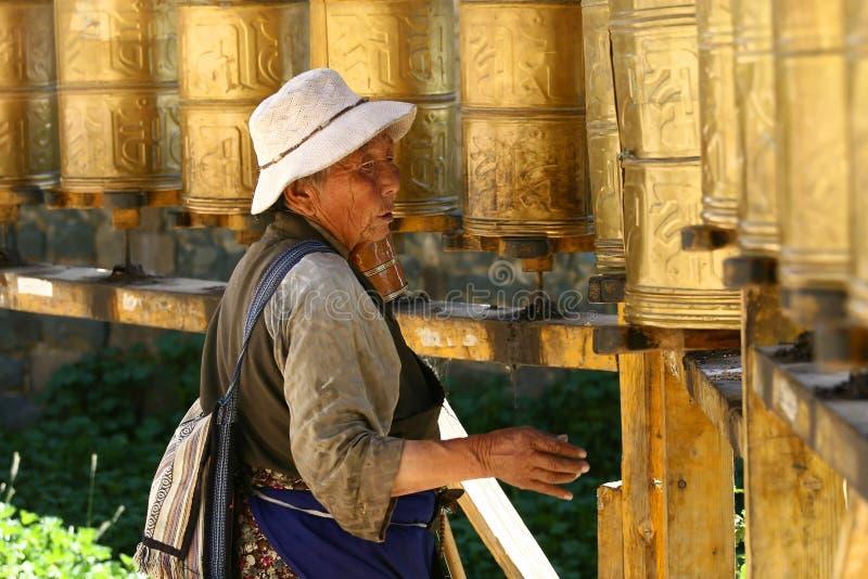 Tibetant vallfärda cirklar den Potala slotten royaltyfri bild