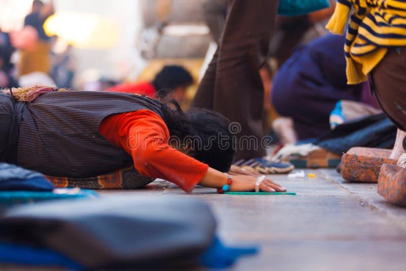 Tibetant vallfärda Prostrating framlänges malde Jokhang royaltyfri fotografi