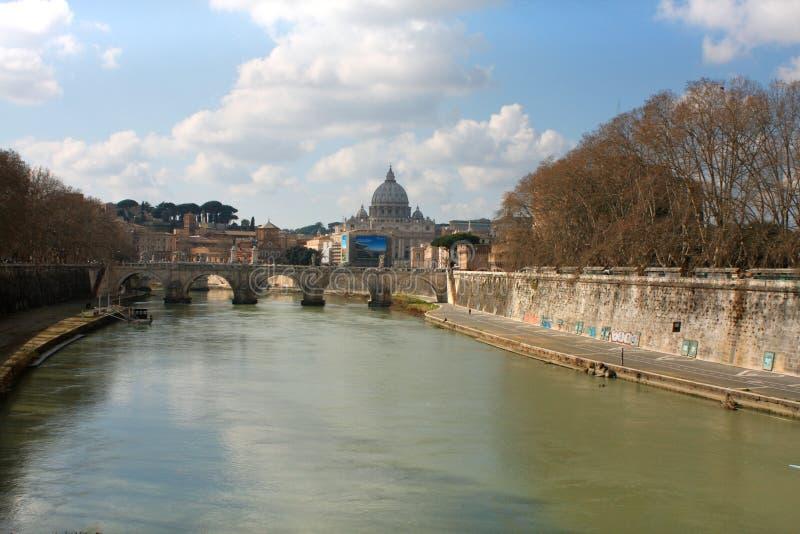 Tibre e St Peter Basilica no Vaticano, Roma, Itália foto de stock royalty free