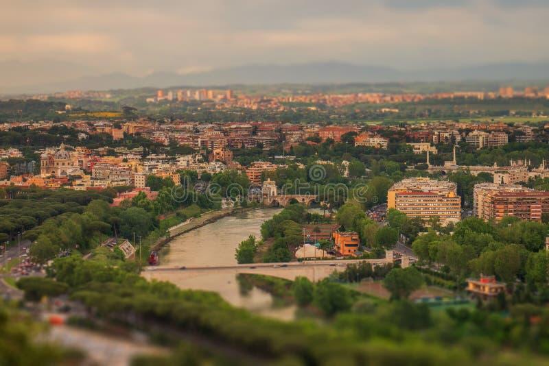 Tibru Italiaanse Tevere, Latijnse Tiberis en een mening van de heuvel in een schitterende middag, aan een koffie stock foto's
