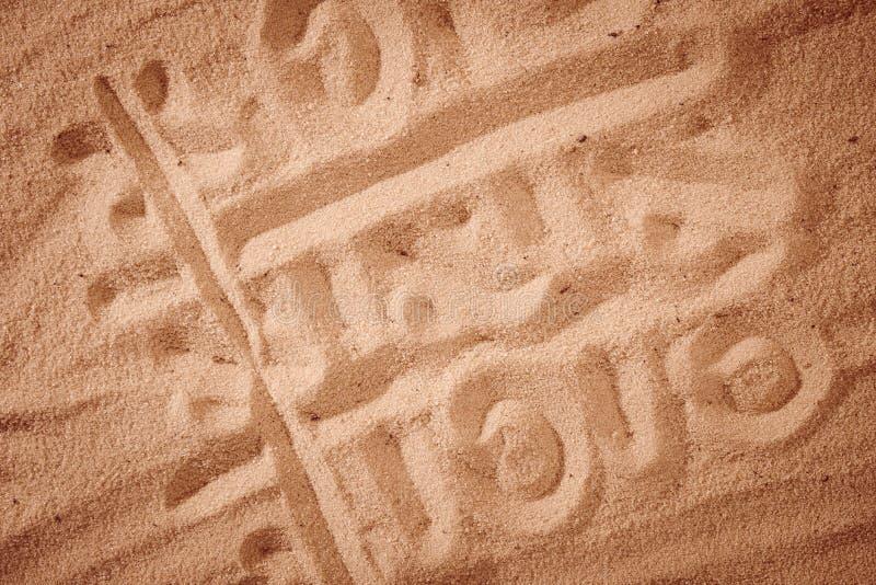 Tic-TAC-dito del piede che assorbe il fondo della sabbia immagini stock libere da diritti