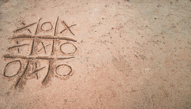 Tic-TAC-dito del piede sulla sabbia fotografia stock