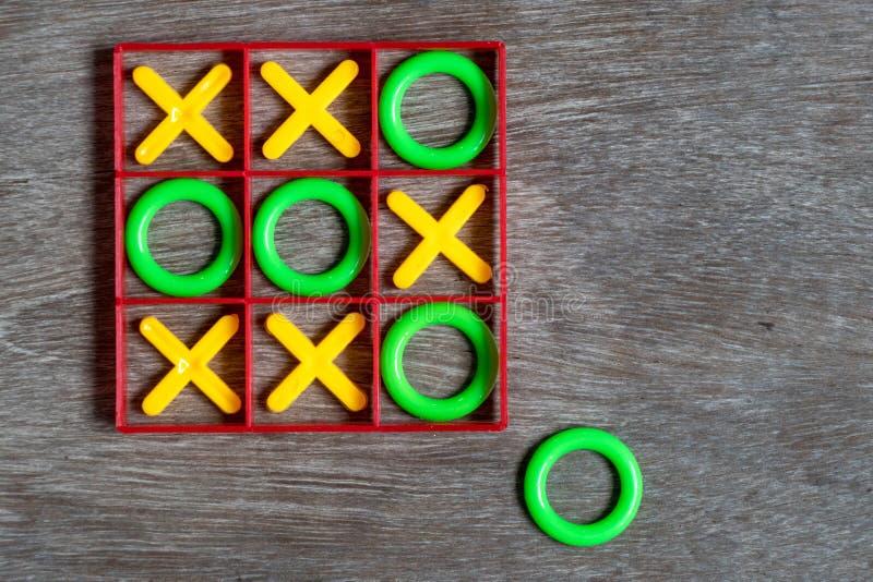 Tic tac-Toengame op houtachtergrond Begrip denken buiten de doos stock fotografie