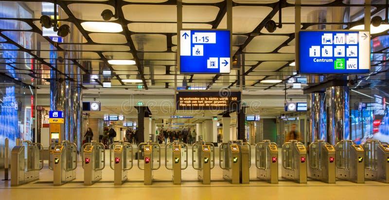 Ticketing portas em uma estação de trem fotos de stock royalty free