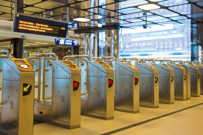 Ticketing portas em uma estação de trem fotos de stock