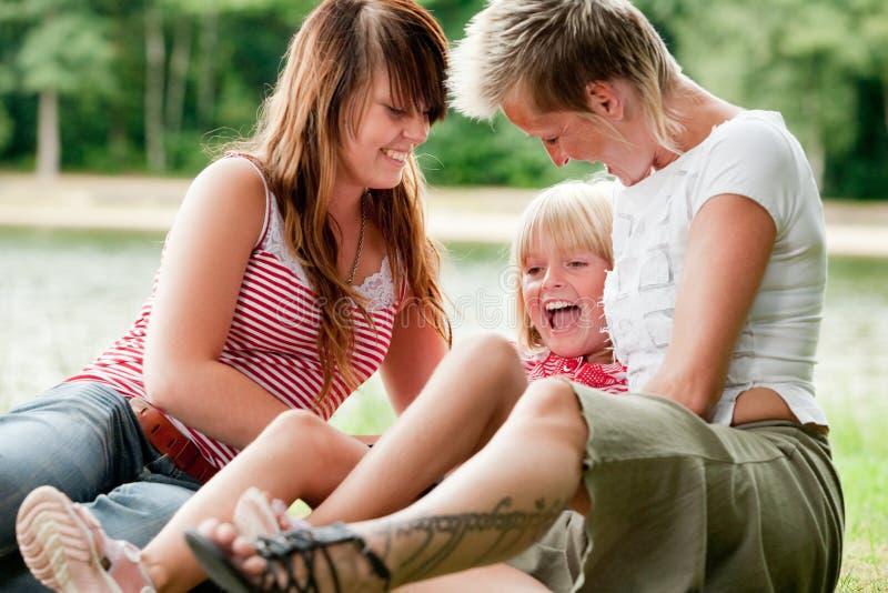 Tickling eins der Mädchen lizenzfreies stockfoto