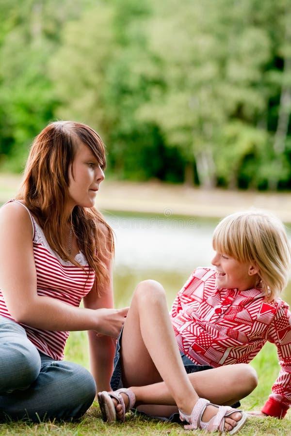 Tickling meine kleine Schwester stockfotos