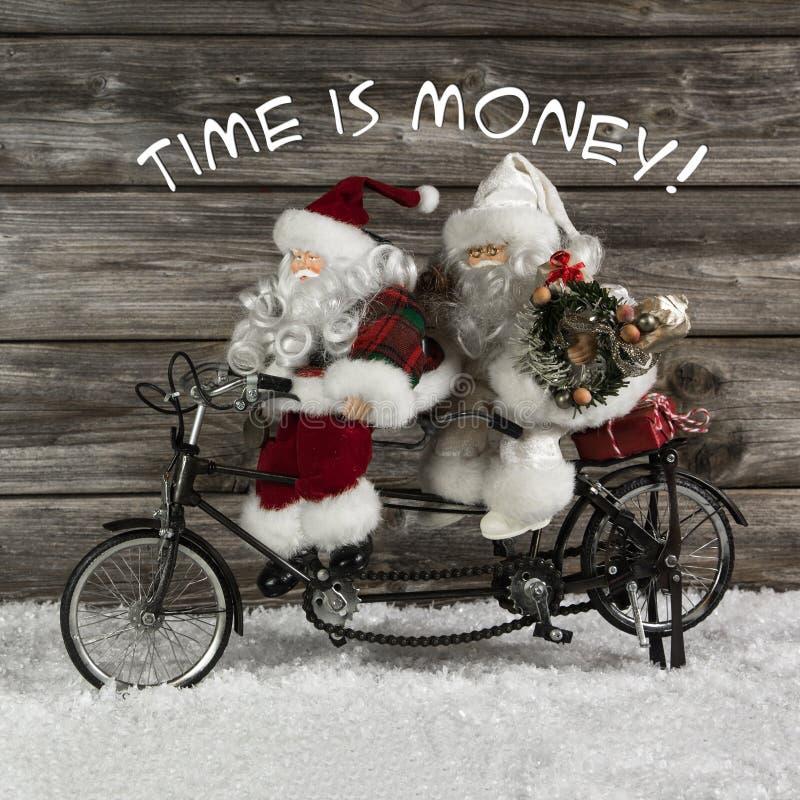 Tid är pengar - det Santa Claus laget i brådskan för köpande jul arkivfoton