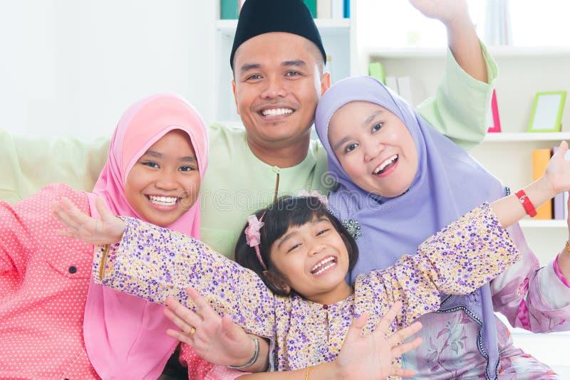Tid för asiatisk familj för Southeast kvalitets- hemma. fotografering för bildbyråer
