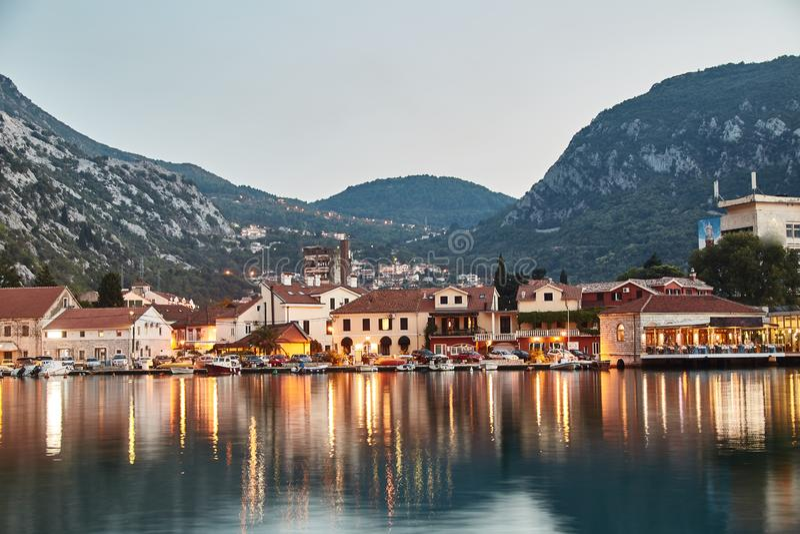 tid för fjärdkotormontenegro morgon Staden av Kotor Reflexionen i vattnet exponering long Montenegro arkivbilder