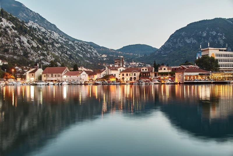 tid för fjärdkotormontenegro morgon Staden av Kotor Reflexionen i vattnet exponering long Montenegro arkivfoto