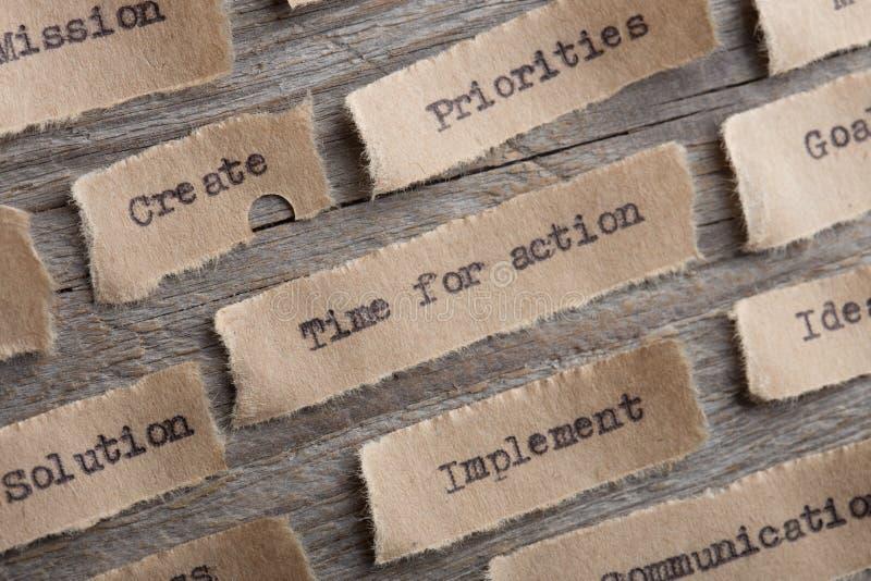 tid för handlingord på ett stycke av pappersslut upp, idérikt motivationbegrepp för affär arkivfoton