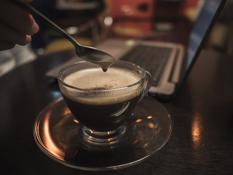 Tid för kaffeavbrott med bärbara datorn på trätabellen i coffee shop Beträffande royaltyfri bild