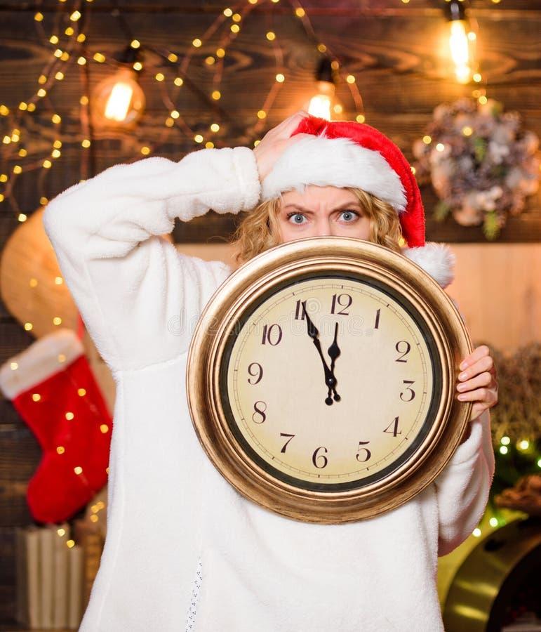 Tid för vinterfest Klocka för vakthattar för kvinnor Dags att fira Merry christmas Dags för mirakel Få royaltyfri foto