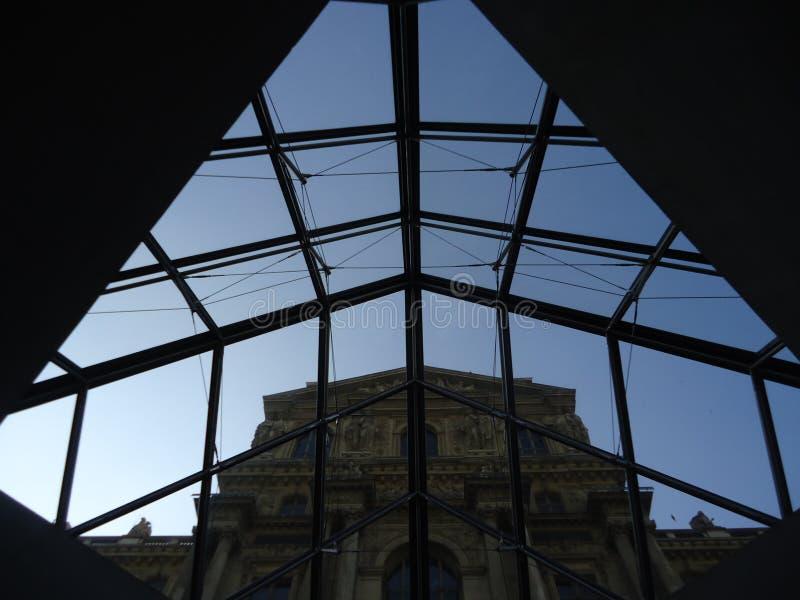 Tid kontrast på Louvre royaltyfri bild