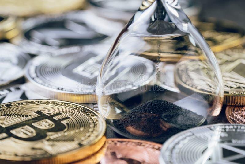 Tid nedräkning för crypto valutapris, sandglass eller timglas royaltyfria bilder
