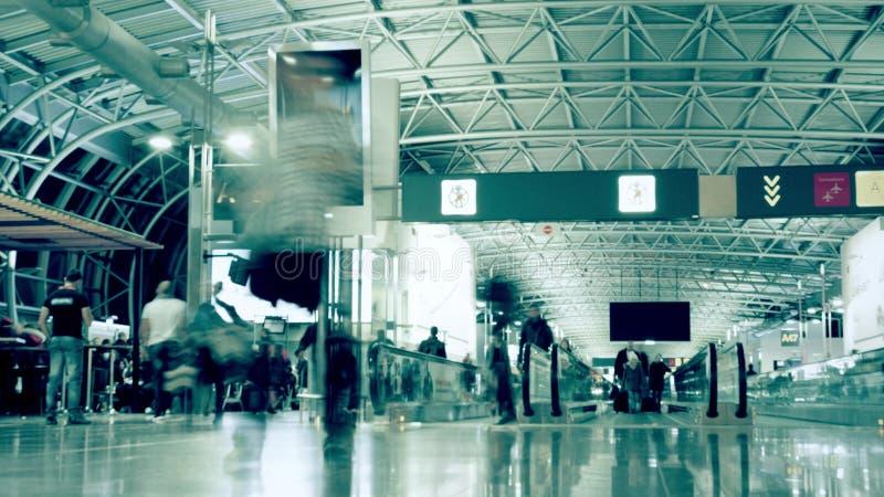 Tid schackningsperiod av en upptagen fullsatt generisk flygplatsterminal Lång exponeringsrörelsesuddighet arkivfoto