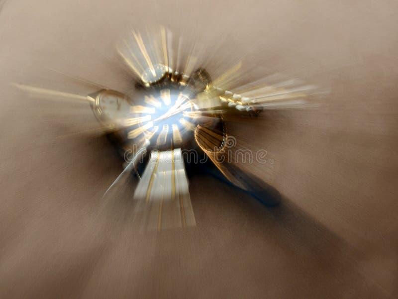 Tid snedvrider, en abstrakt illustration av tid genom att använda en zoomteknik med klockor arkivfoto