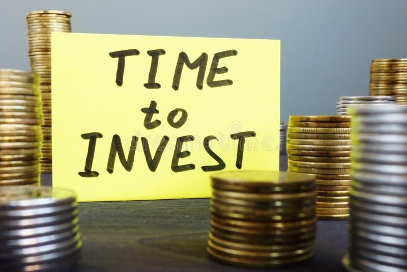 Tid som investerar pengar och minneslistapinnen royaltyfria bilder