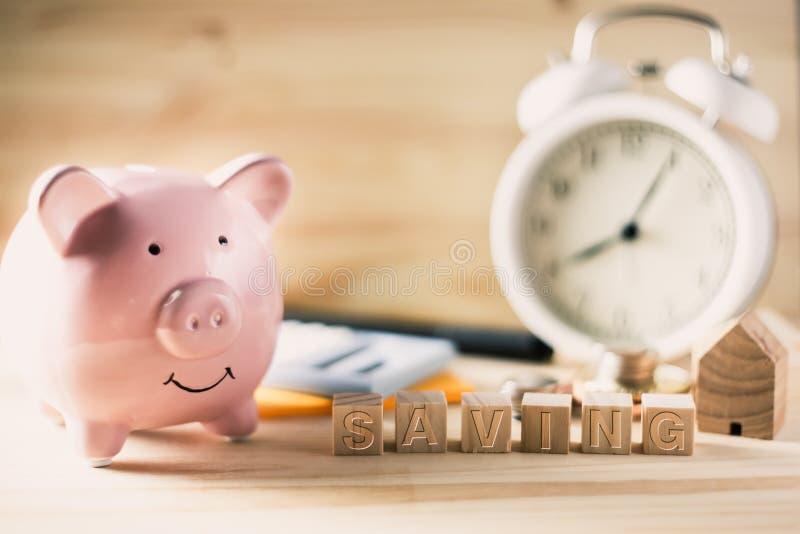 Tid till sparande pengar med spargrisbegrepp royaltyfria foton