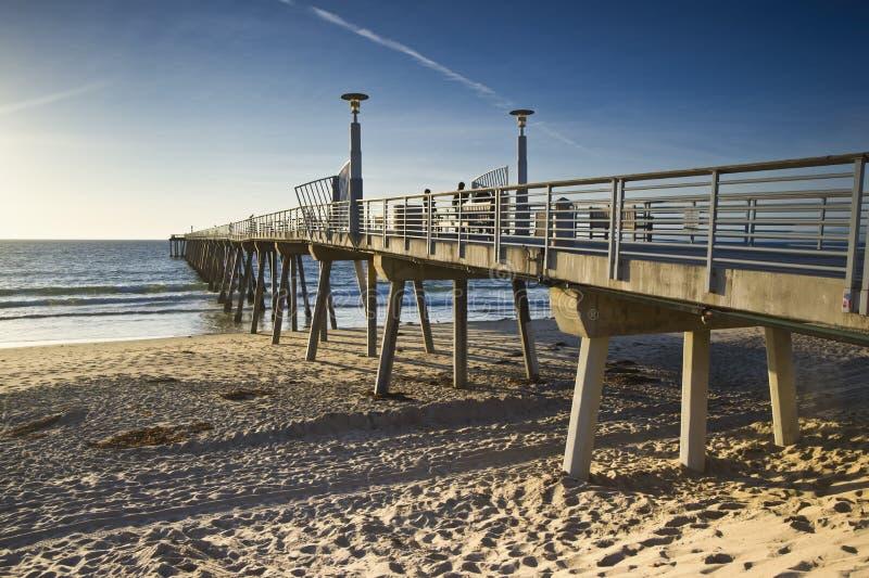 Tide för solnedgång för Hermosa strandpir låg fotografering för bildbyråer