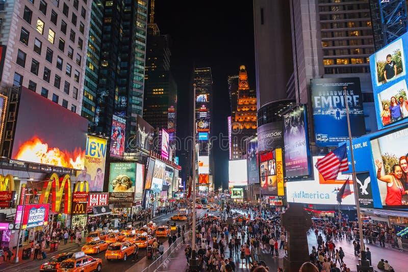Tider square på natten fotografering för bildbyråer