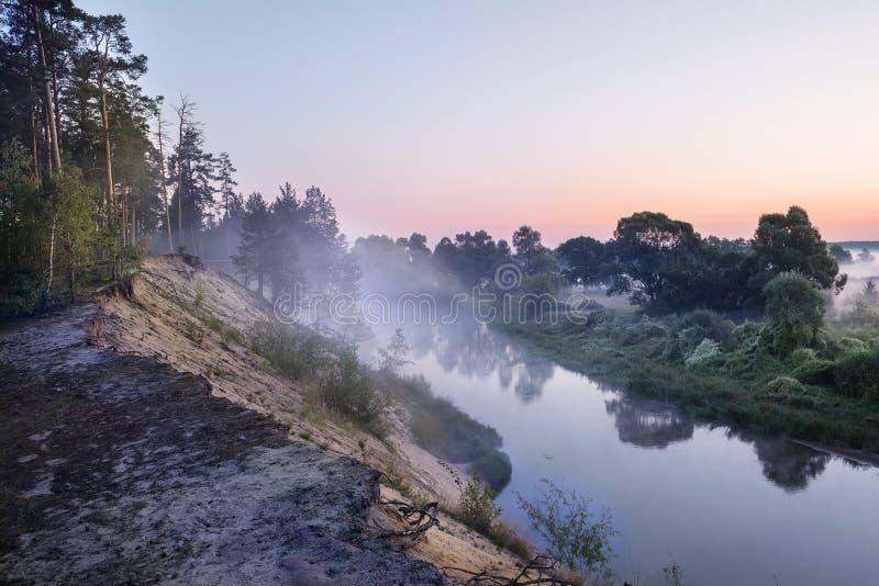 Tidig dimmig försiktig morgon på floden arkivfoto