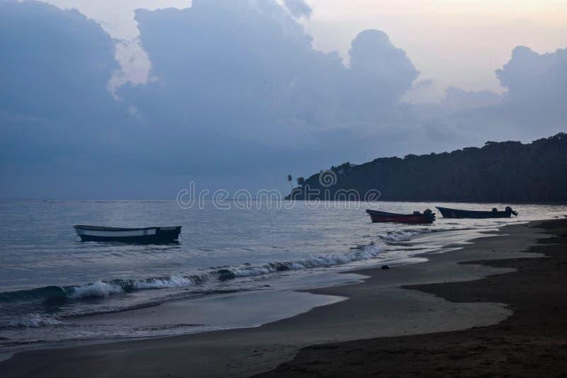 Tidig morgon med lokala fiskebåtar längs Manzanillo-stranden i Costa Rica arkivfoton