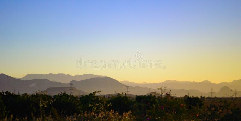 Tidig soluppgång i bergen arkivfoton