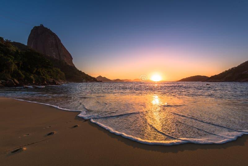 Tidig soluppgång i stranden royaltyfri foto