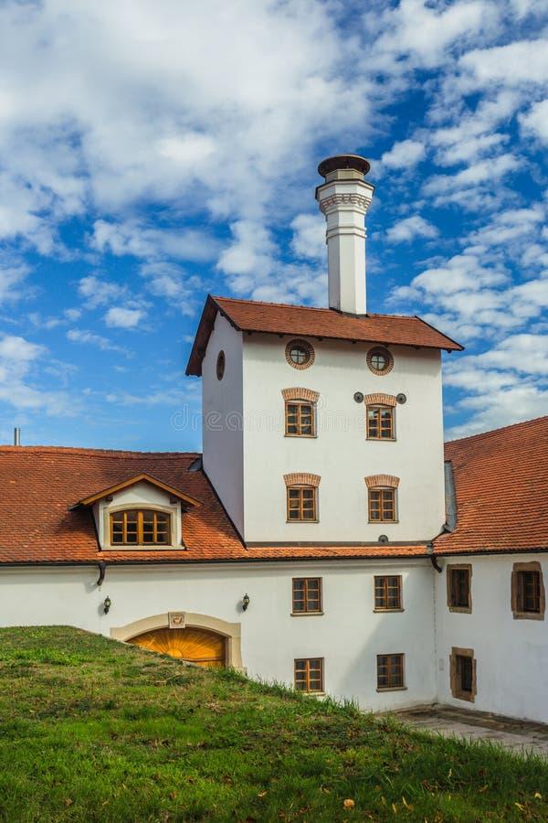 Tidigare bryggeribyggnad i Dacice, Tjeckien royaltyfri foto