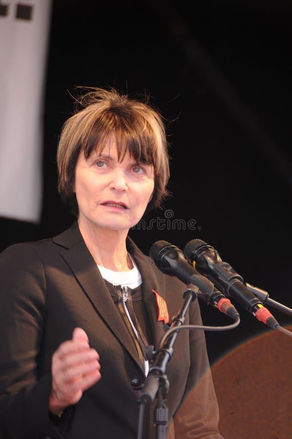 Tidigare federal kommunfullmäktig Micheline Calmy-Rey som framme talar fotografering för bildbyråer