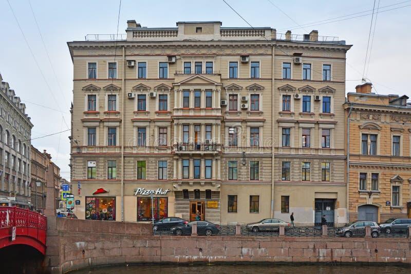 Tidigare lönande hus av Korpus i St Petersburg, Ryssland arkivfoton