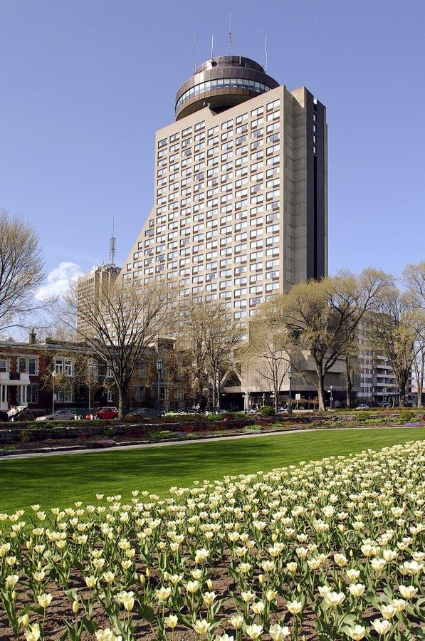 Tidigare Quebec City Loews Hotell Le Concorde i sommar fotografering för bildbyråer
