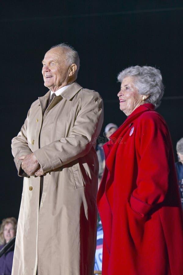 Tidigare Senator John Glenn och MFormrs. Annie Glenn royaltyfria foton