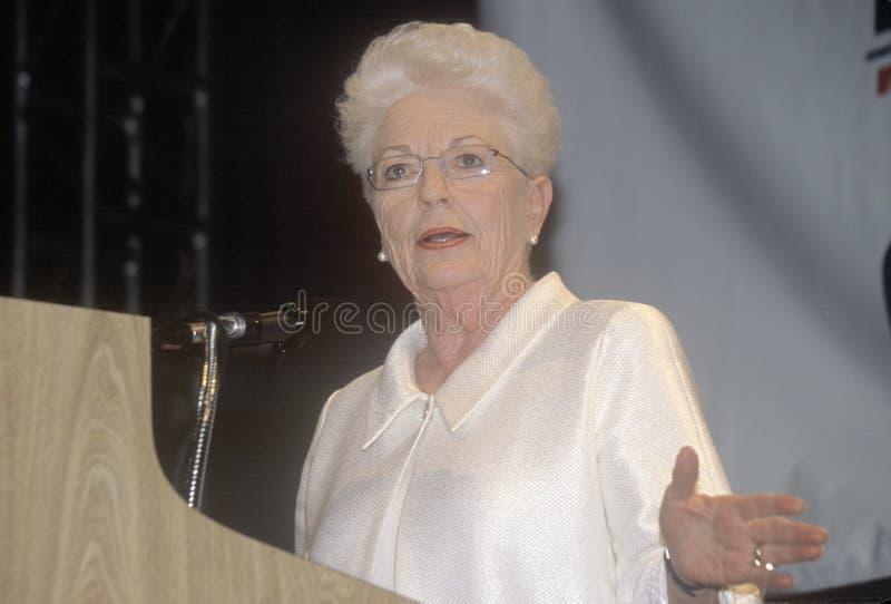 Tidigare Texas Governor Ann Richards adresser tränger ihop på den 2000 demokratiska regeln på Staples Center, Los Angeles, CA royaltyfri bild