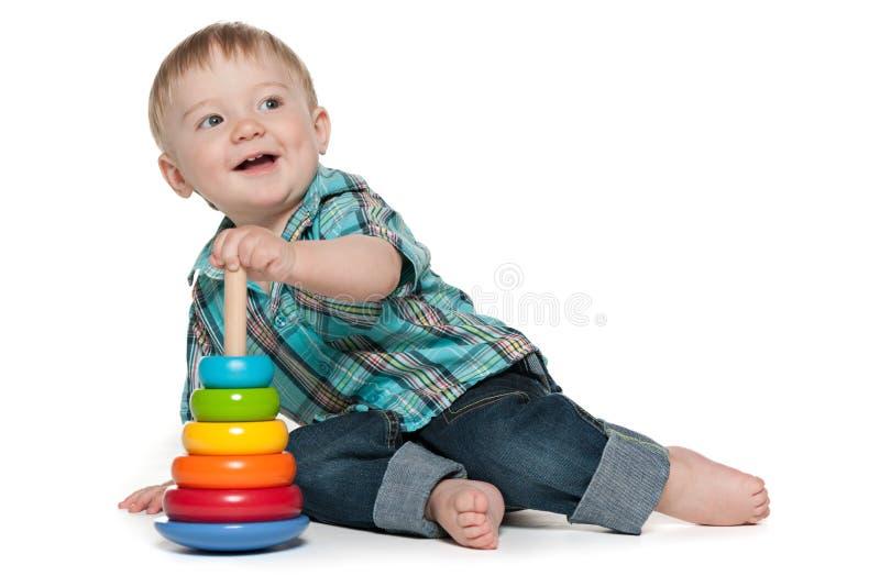 Tidigt att lära av ett gulligt behandla som ett barn pojken arkivfoto