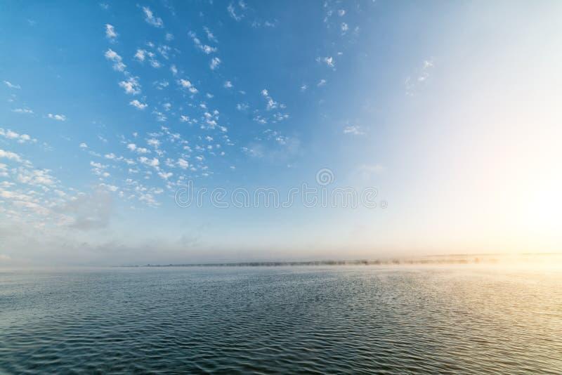 Tidigt på morgonen på den stora sjön arkivbild