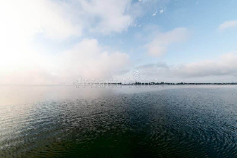 Tidigt på morgonen på den stora sjön arkivbilder