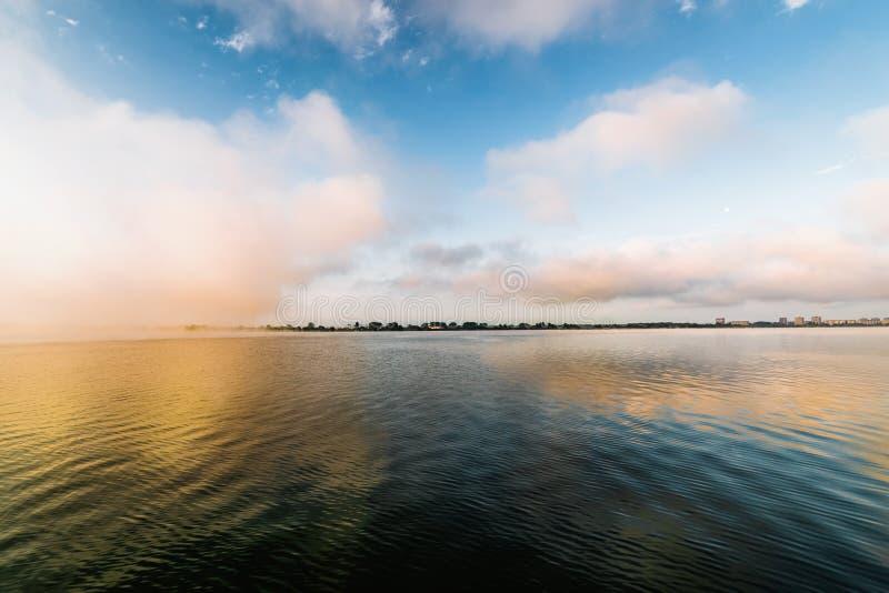 Tidigt på morgonen på den stora sjön royaltyfri fotografi