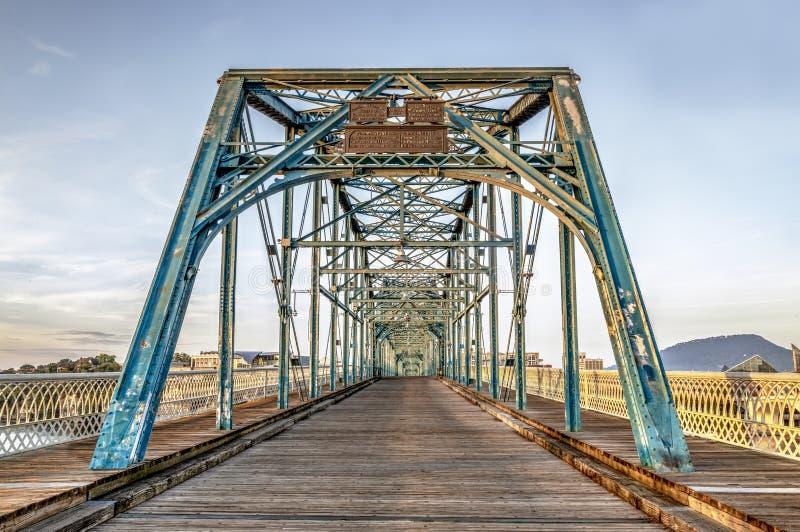 Tidigt på morgonen på valnötgatabron - Chattanooga arkivfoton