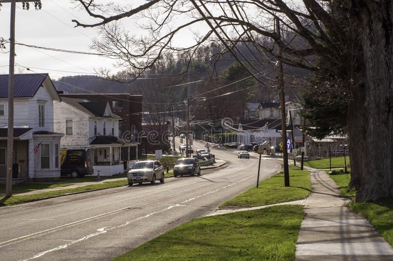 Tidioute, Pennsylwania, usa 04/13/2019 Main Street w grodzki patrzeć w kierunku małego biznesu okręgu w miasteczku zdjęcia stock