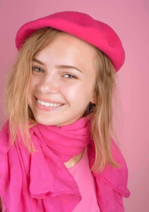 Tidlöst retro Den lyckliga tonåringflickan bär fransk retro stil Lyckligt le för tonåring i fransk basker Franskastilflicka royaltyfri bild